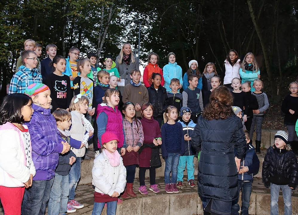 Der Chor bereicherte das Lichterfest.   | Foto: fotos: sandra decoux-kone