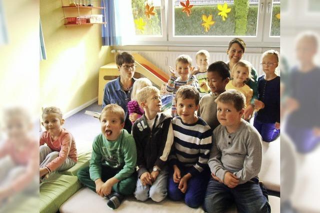 Kinder vertiefen sich in die Welt der Bücher