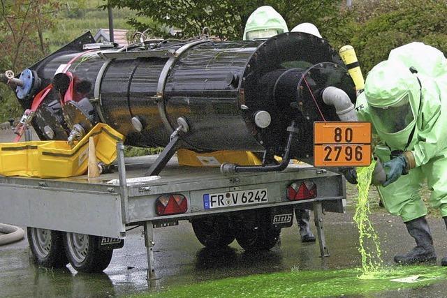 Feuerwehrübung: Explosive Substanz rinnt aus Tank