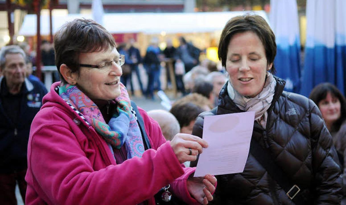 Singen aus voller Kehle: BZ-Mitarbeite...Martina Mundinger vom Stadtmarketing.   | Foto: wolfgang künstle