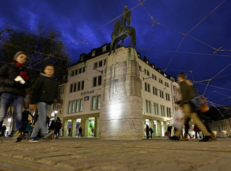 Mit LED-Strahlern in neues Licht geset...er baustellenfreie Bertold bei Nacht.   | Foto: Rita Eggstein