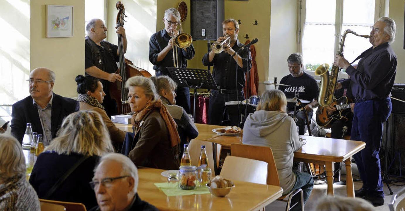 Jazzmusiker spielten auf beim Tag der ...nach der Renovierung des Essenstreffs.  | Foto: Rita Eggstein