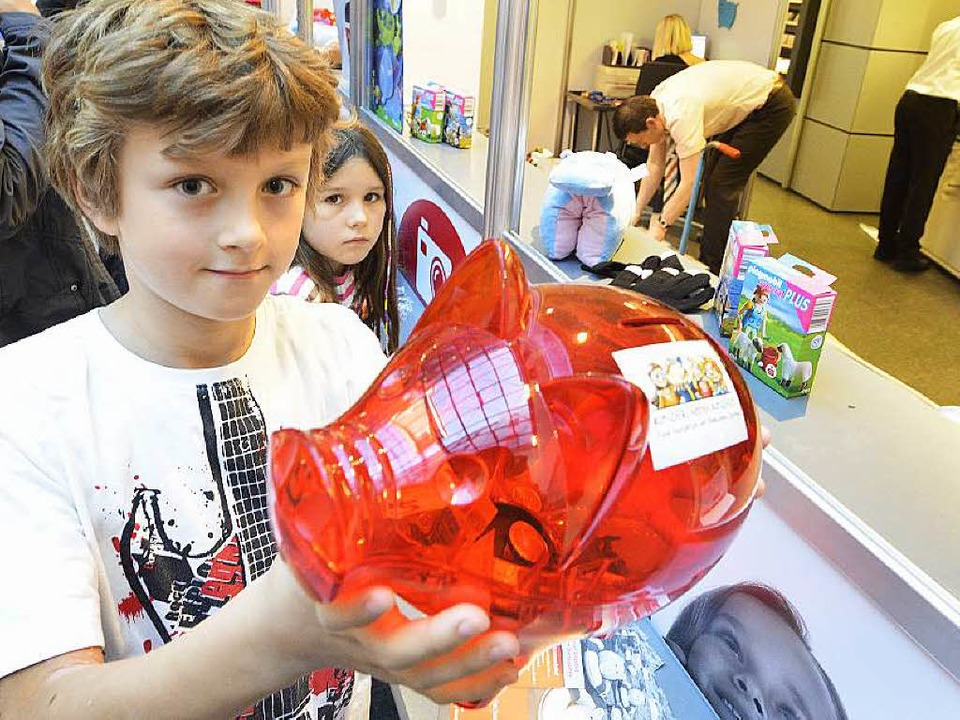 Dieser Junge hat das rot Sparschwein i...e mit einer kleinen Spende gefüttert.   | Foto: Michael Bamberger