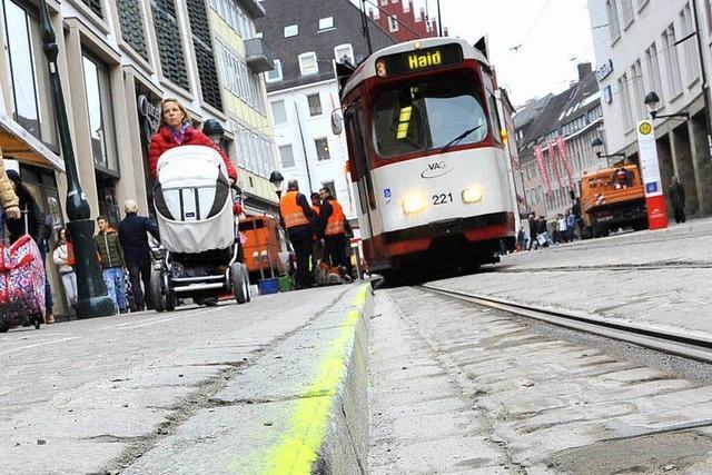 Trams streifen die neuen Bertold-Bordsteine in Freiburg