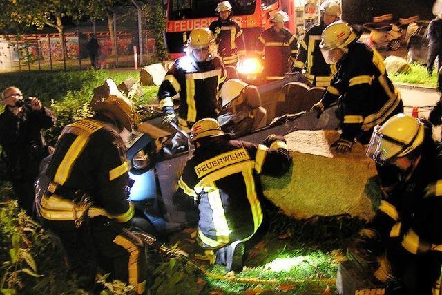 Feuerwehr übt im Parkschwimmbad