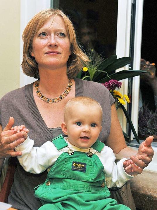 Kerstin Andreae bei einer Wahlkampfver...damals fünf Monate alten Tochter Emma.  | Foto: dpa