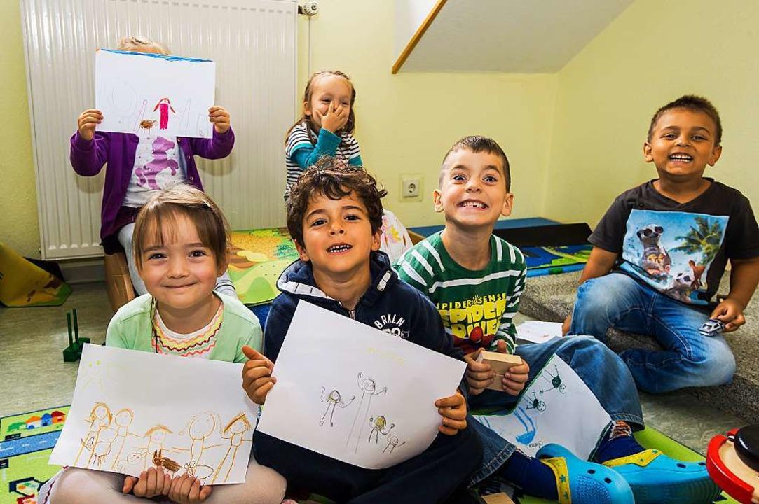 Kindergartenkinder in Haltingen malen ...ma,  Papa und  Geschwister aufs Bild.     Foto: Daniel schoenen