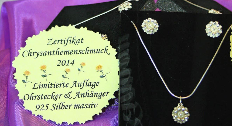 Eigens zur Chrysanthema hat Ionela Urs... und den passenden Anhänger entworfen.  | Foto: Karin Kaiser