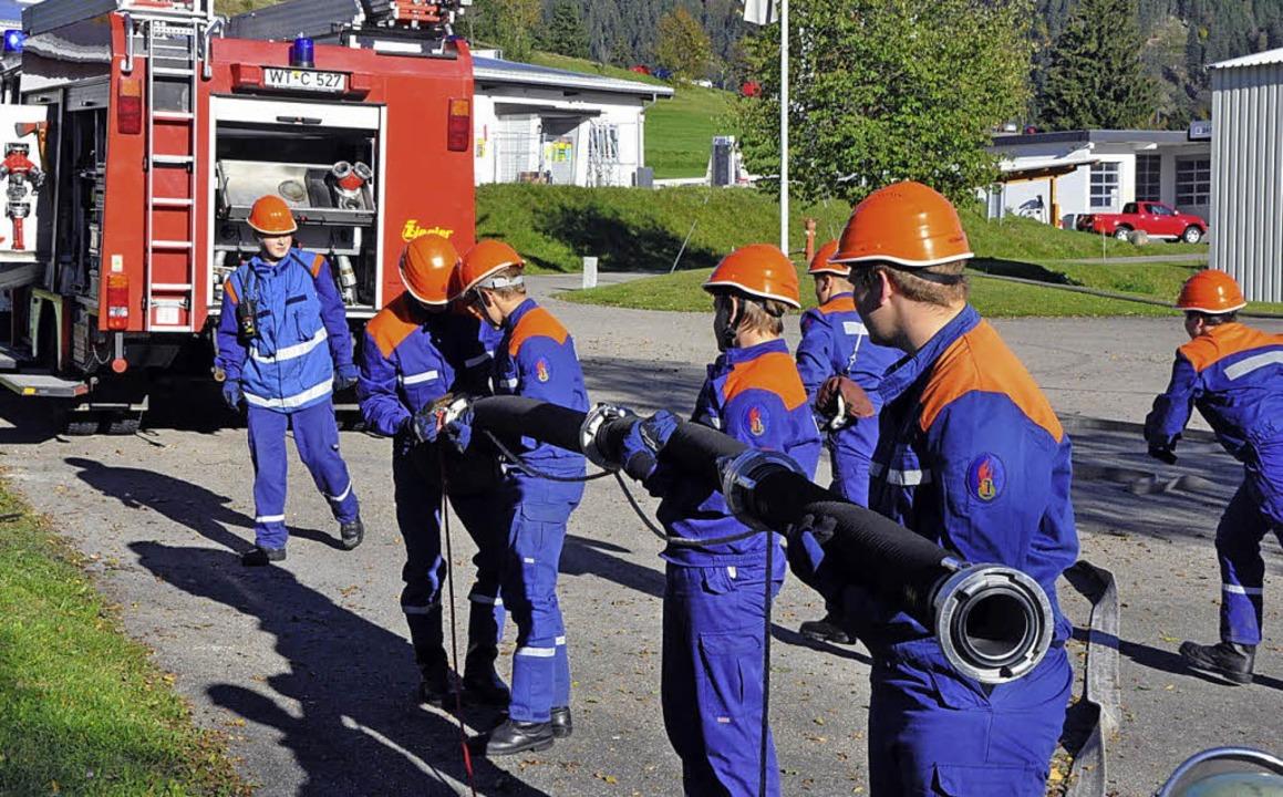 Die Einsatzkräfte stellen die Wasserve... Jugendfeuerwehr Bernau klappte alles.  | Foto: Ulrike Spiegelhalter