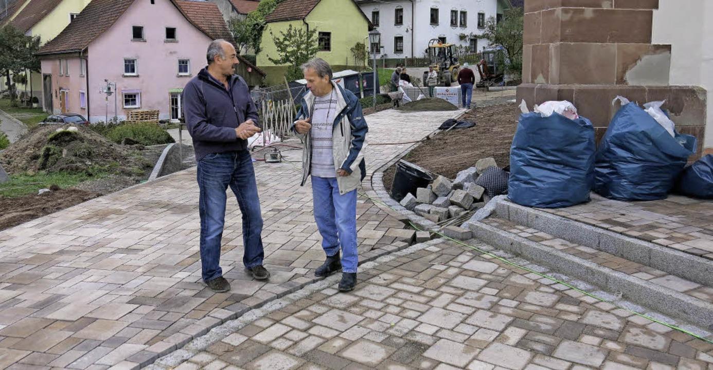 Nach wie vor wird permanent abgestimmt...den frisch verlegten Pflasterflächen.     Foto: Erhard Morath