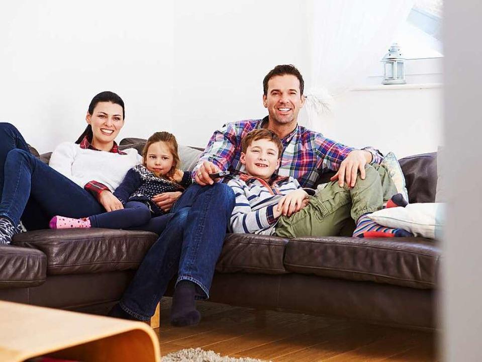 Familien sitzen heute immer noch zusammen auf dem Sofa.   | Foto: Fotolia.com/Monkey Business