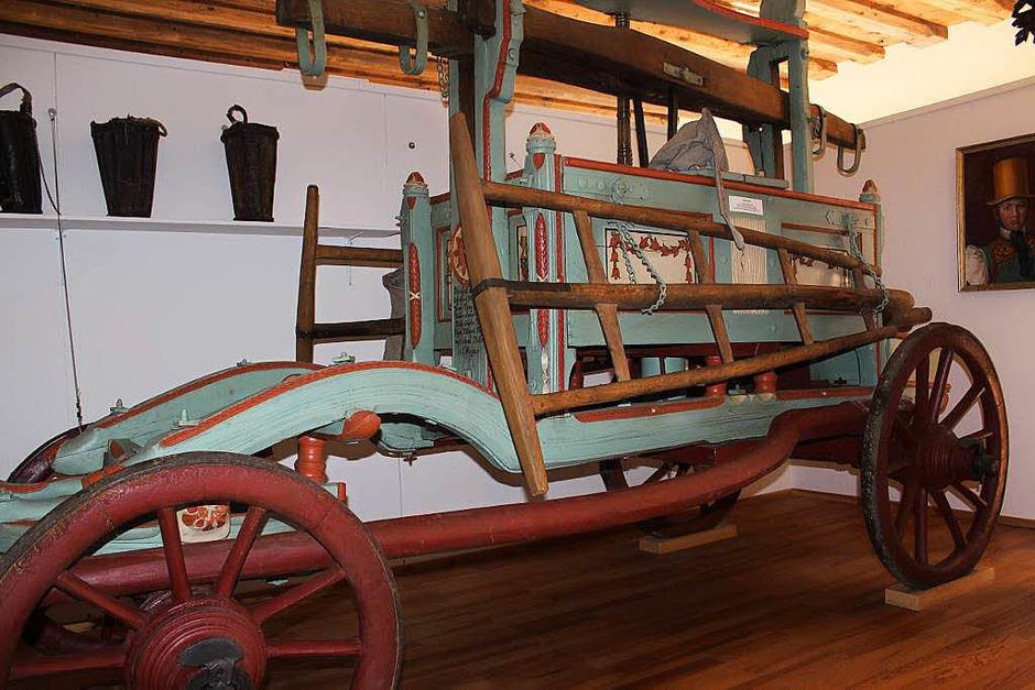 Ein Stück Feuerwehrgeschichte spiegelt die alte, kunstvoll verzierte Feuerwehrspritze aus dem Jahre 1806 wieder. (Foto: Christa Maier)