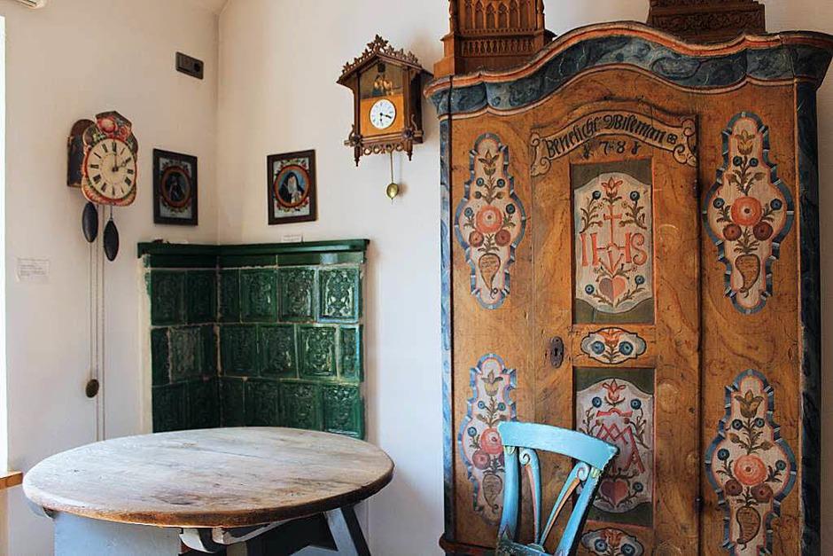 Mehrere gut erhaltene Brautschränke, deren Inhalt auf den Reichtum der Braut schließen lassen sollte, gibt es zu sehen. Das älteste Exponat ist aus dem Jahr 1779 und ist mit der für den Hochschwarzwald typischen Bauernmalerei verziert. (Foto: Christa Maier)