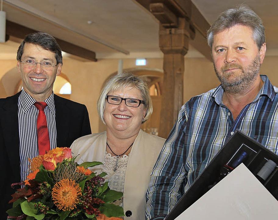 <Text>Bruno Metz ehrte Amanda Häfele u...hrige Tätigkeit bei der Stadt.</Text>   | Foto: sandra decoux-kone