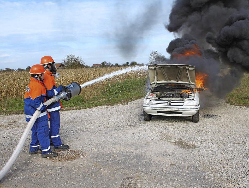 Ein brennendes Auto musste gelöscht werden.     Foto: adelbert mutz