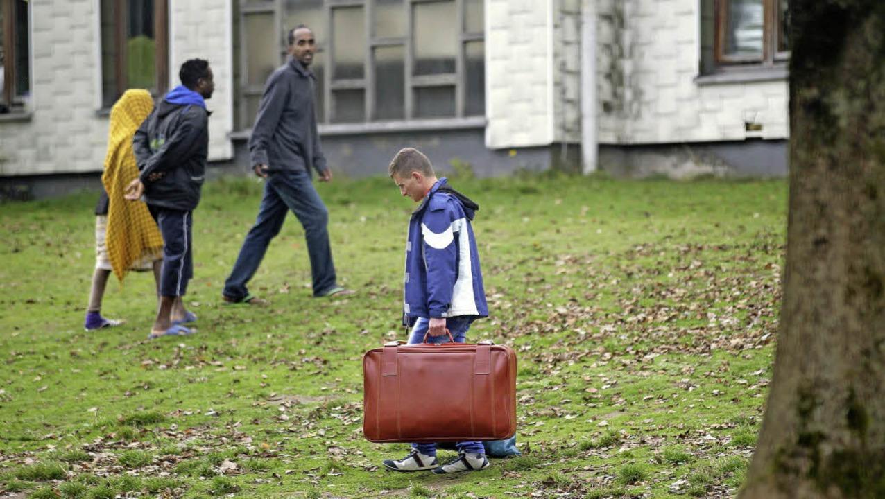 Heimatlos: Menschen flüchten vor Krieg...e Flüchtlinge in Nordrhein-Westfalen.   | Foto: dpa