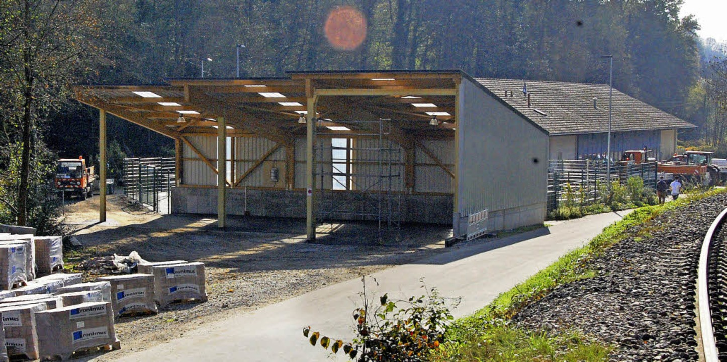 Genügend Platz für Streusalz und Maschinen bietet die neue Halle des Werkhofes.     Foto: Frey