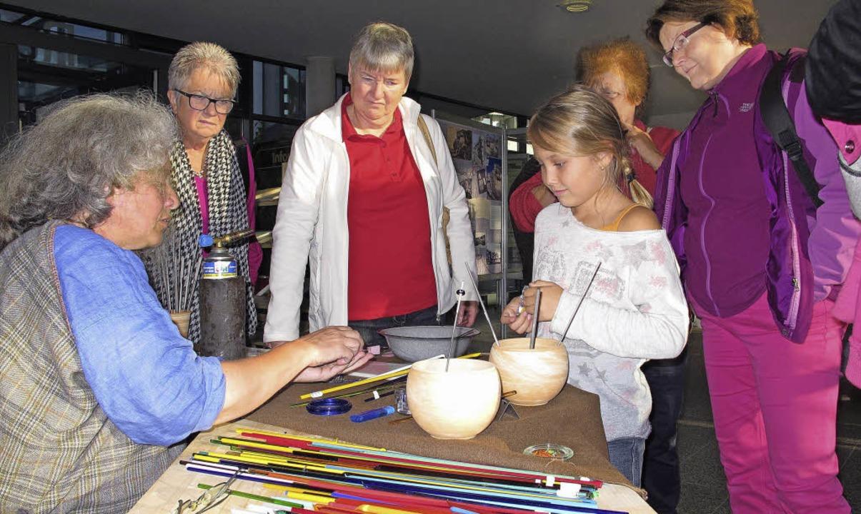 Maren Siegmann (links) führte vor, wie...lasstangen Perlen für Schmuck werden.     Foto: Jutta Schütz