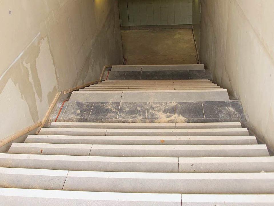 Die Treppe in der neuen Bahnunterführu...ohne Hilfe begehbar, da Rampen fehlen.  | Foto: Jutta Schütz