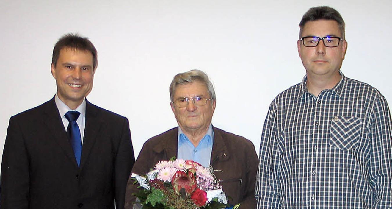 Eine Wasseruhr und andere Präsente  üb...treter Manfred Wiedemann (von links).   | Foto: Gustav Rinklin