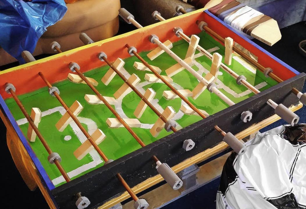 Der aus Abfällen  gebaute Tischkicker  | Foto: privat