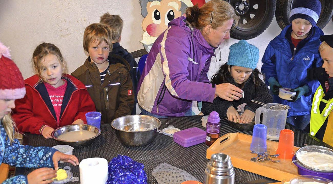 Aus Rahm soll Butter werden: Schüler d...ion Saum (Mitte) auf dem Eckpeterhof.     Foto: Alexandra Wehrle