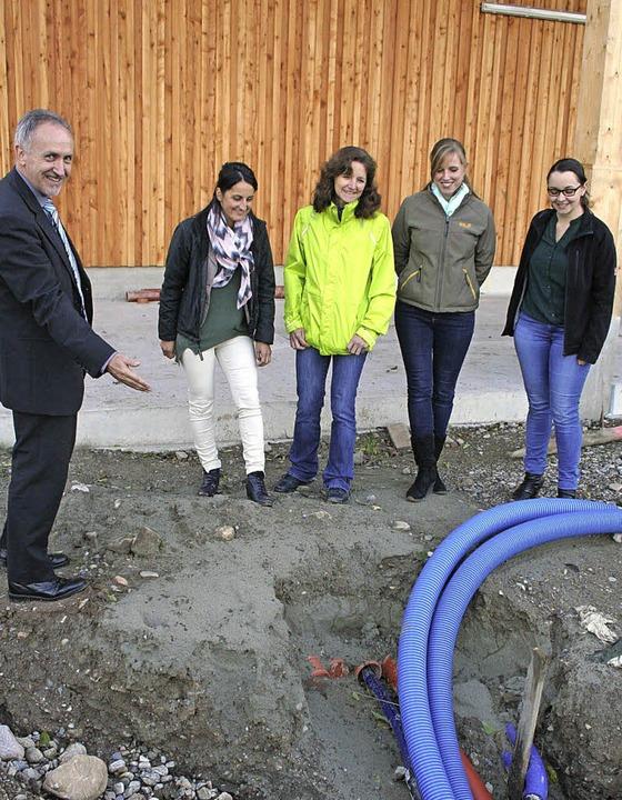 Bürgermeister Urban Singler mit Mitarb...g am Anschluss der Eisspeicherheizung.  | Foto: Karin Heiß