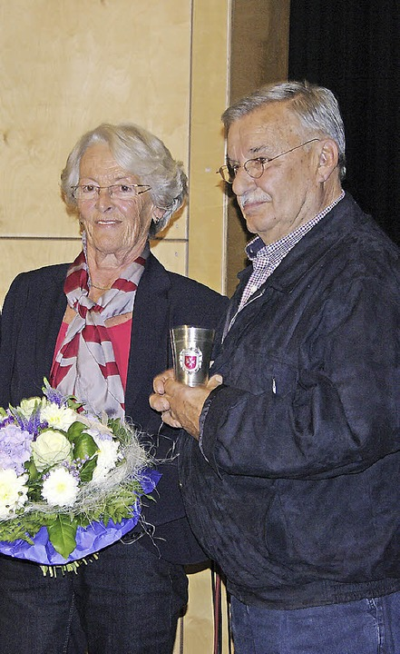 Heike und Helmut Sum wurden mit dem Ehrenbecher der Stadt  ausgezeichnet.    Foto: Martin Pfefferle