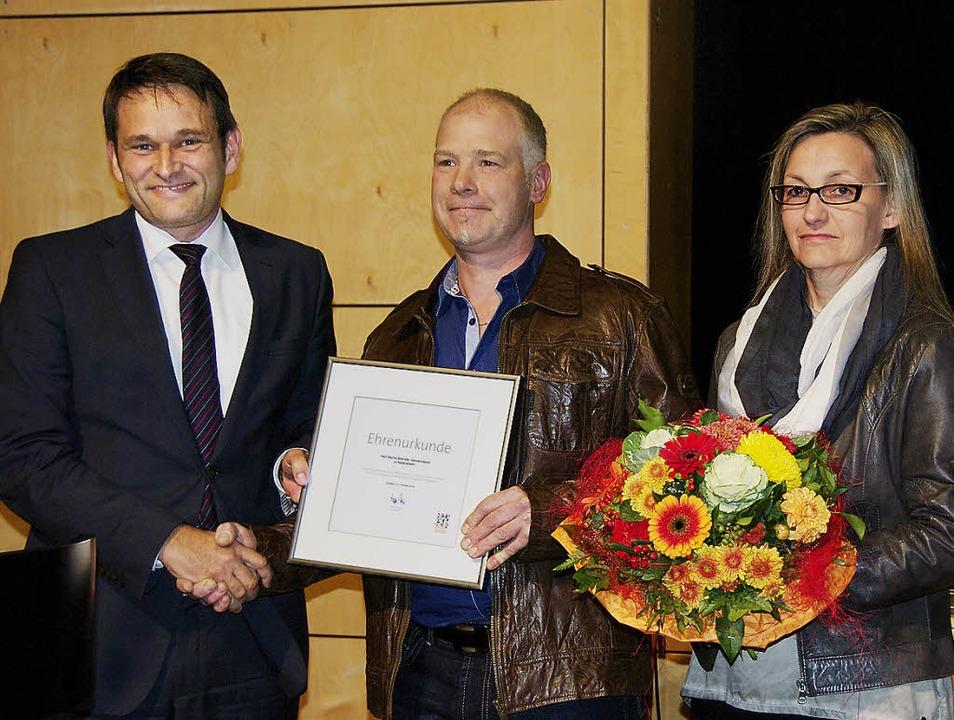 Bei der Heitersheimer Bürgerversammlun...s Ehefrau  bekam einen Blumenstrauß.      Foto: Martin Pfefferle