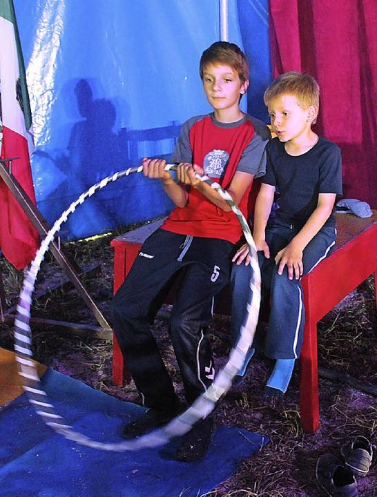 Ganz schön groß so ein Hula-Hoop-Reifen  | Foto: Anja Bertsch