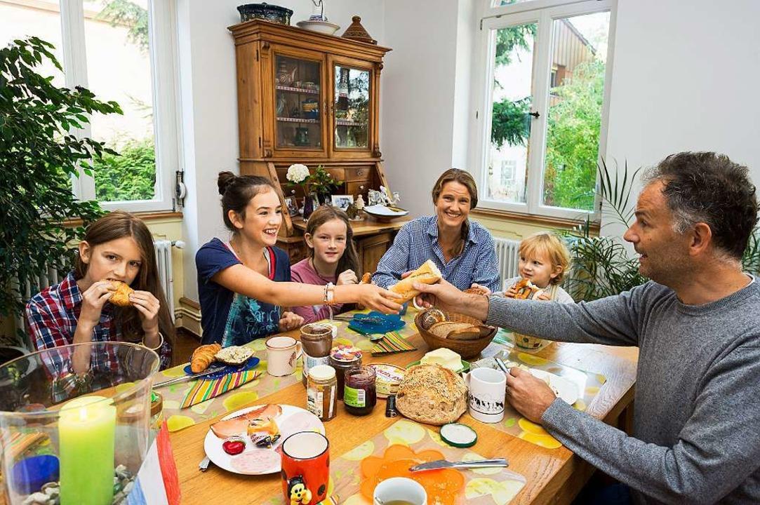 Deutsch-französisches Frühstück mit Ba...el und Croissants bei Familie Bruhier     Foto: Daniel Schoenen