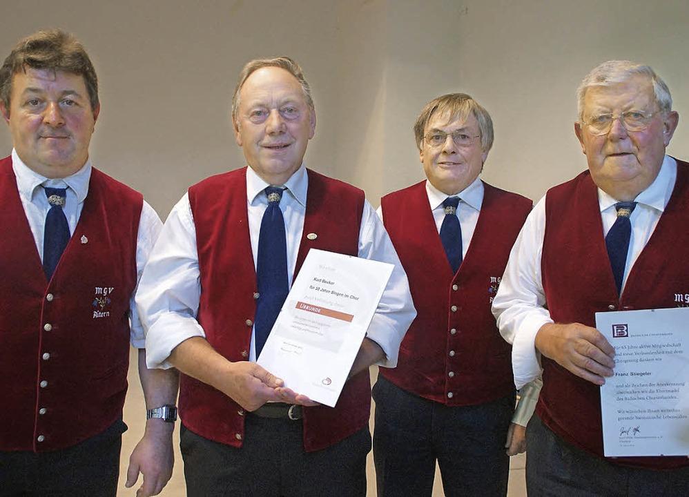 Drei treue Sänger wurden in Aitern im ...nliche 65 Jahre Chorgesang gewürdigt).    Foto: Verena Wehrle