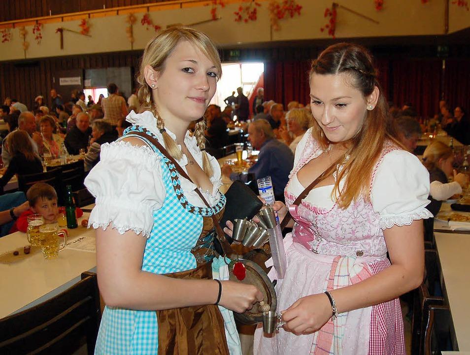 Die beiden Marketenderinnen Anna-Maria...tzgede ein Verdauungsschnäpschen aus.   | Foto: Ulrike Jäger