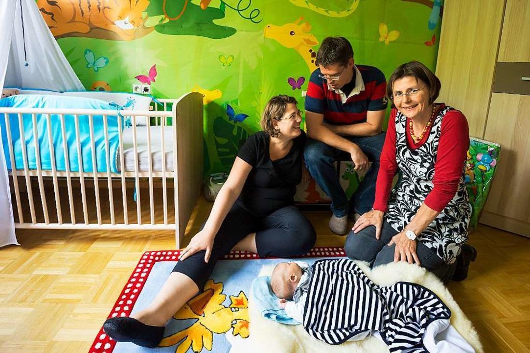 Katja Tammik (rechts) freut sich, wenn bei Hausbesuchen der Papa mit dabei ist.     Foto: Daniel Schoenen