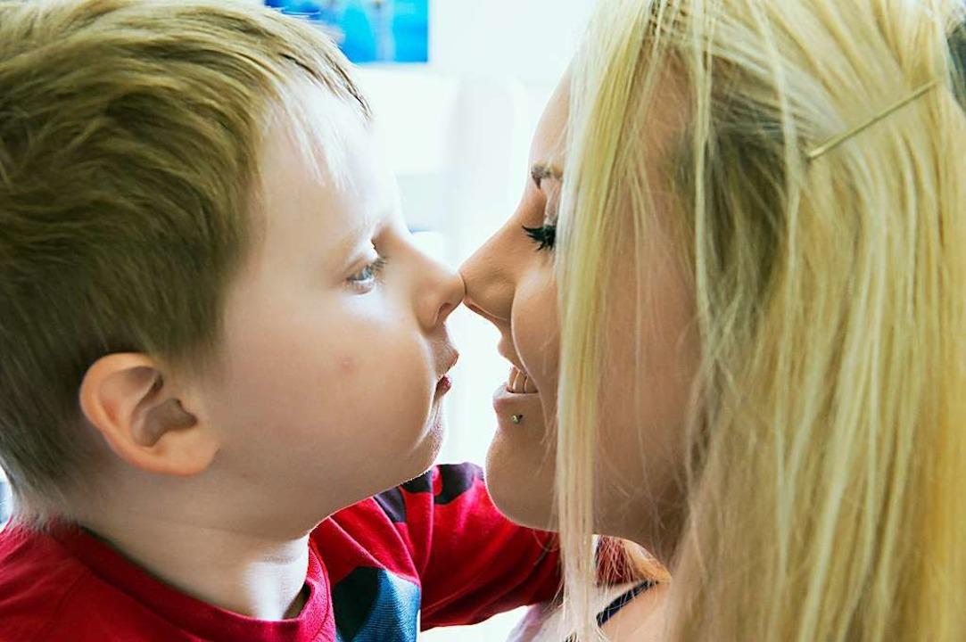 Ein gut eingespieltes Zweierteam: Tina...enbach und ihr sechsjähriger Sohn Tom.    Foto: Daniel Schoenen