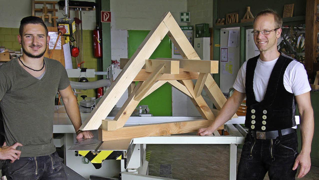 Lukas Ichterz (links) mit seinem Ausbi...ehrstück, dem Modell eines Dachstuhls.  | Foto: Meike Zorn