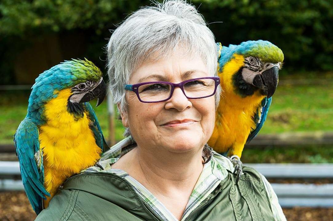 Gestatten:  Lara (links) und Pablo, di...und Hühnern auch die beiden Papageien.  | Foto: Daniel Schoenen