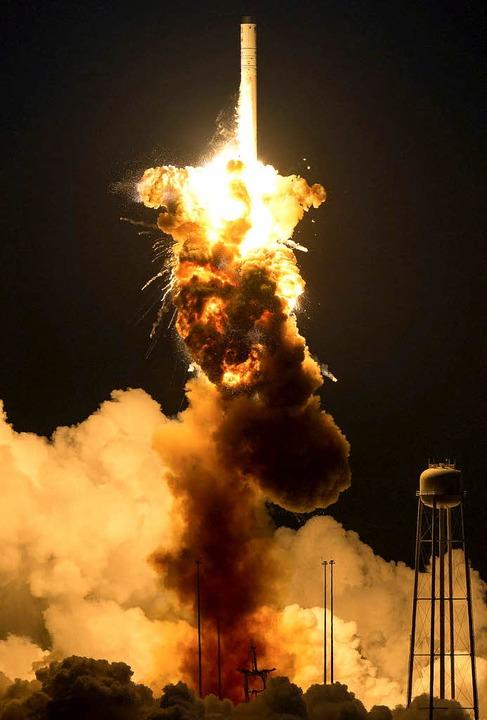 Die Trägerrakete Antares verwandelte s...rz nach dem Start in einen Feuerball.     Foto: dpa