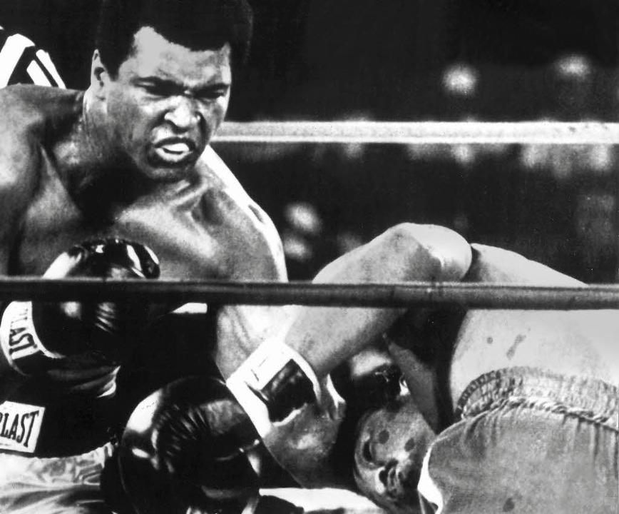 Knockout: Muhammad Ali (links) schlägt George Foreman zu Boden.    Foto: dpa