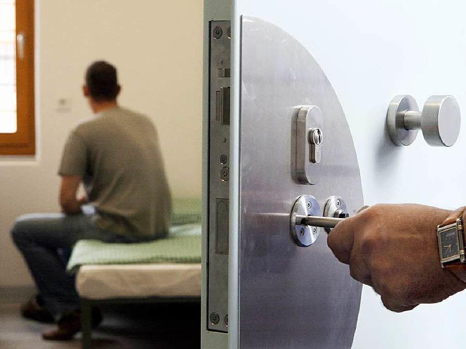 Manche Straftäter wollen sich mit dem Opfer ihrer Tat versöhnen.   | Foto: dpa
