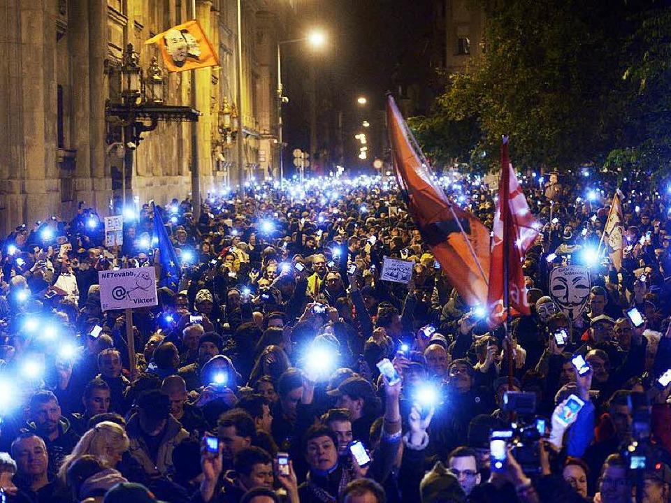 Demonstration in Budapest: Die leuchte...sind zum Symbol der Proteste geworden.    Foto: dpa
