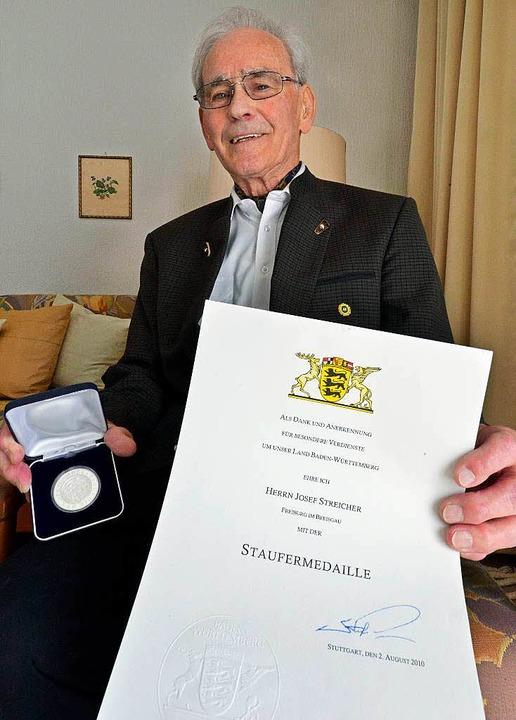 Josef Streicher ist stolz auf die Stau...–  von Ministerpräsident Mappus.  | Foto: Michael Bamberger