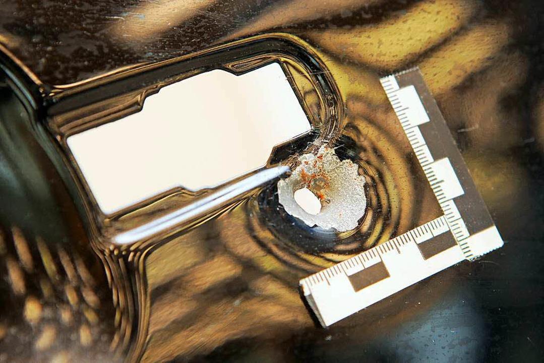 Das Einschussloch durch ein Projektil Kaliber 22 in einer Autotür.  | Foto: dpa