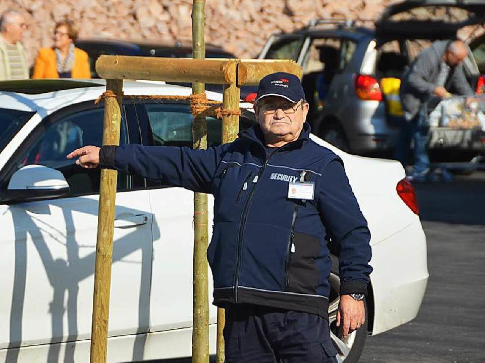Dort ist noch ein Plätzchen frei: Die ... der Parkplatzanweiser war willkommen.  | Foto: Peter Gerigk