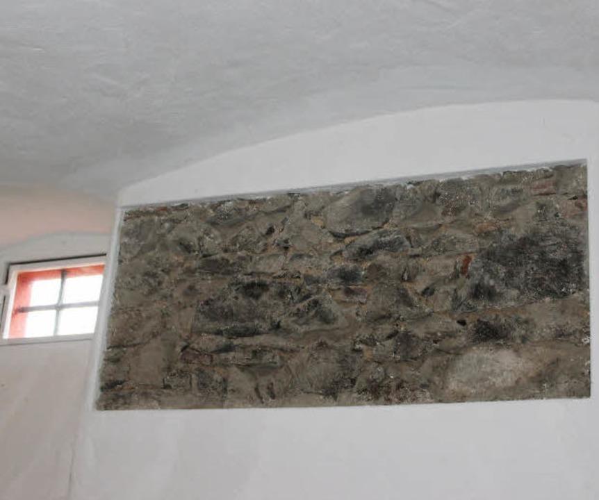 Ein  Teil der alten Mauer  ist noch zu sehen.  | Foto: Mario Schöneberg