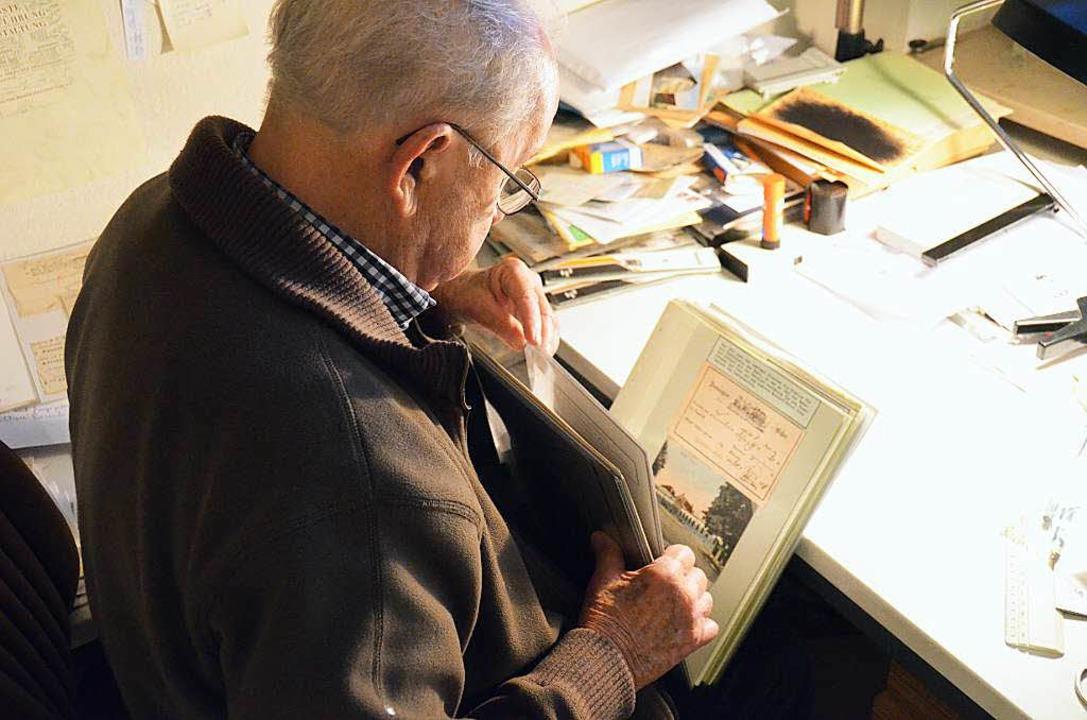Der 90-Jährige Heinz Jaeger blättert in seiner Sammlung.     Foto: Dorothee Soboll