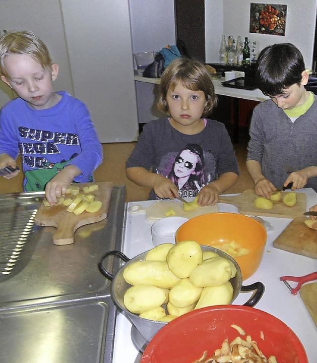 Mit großer Begeisterung bereiteten  am...r Sommerbergschule Kartoffelsuppe zu.   | Foto: JOSEF FALLER