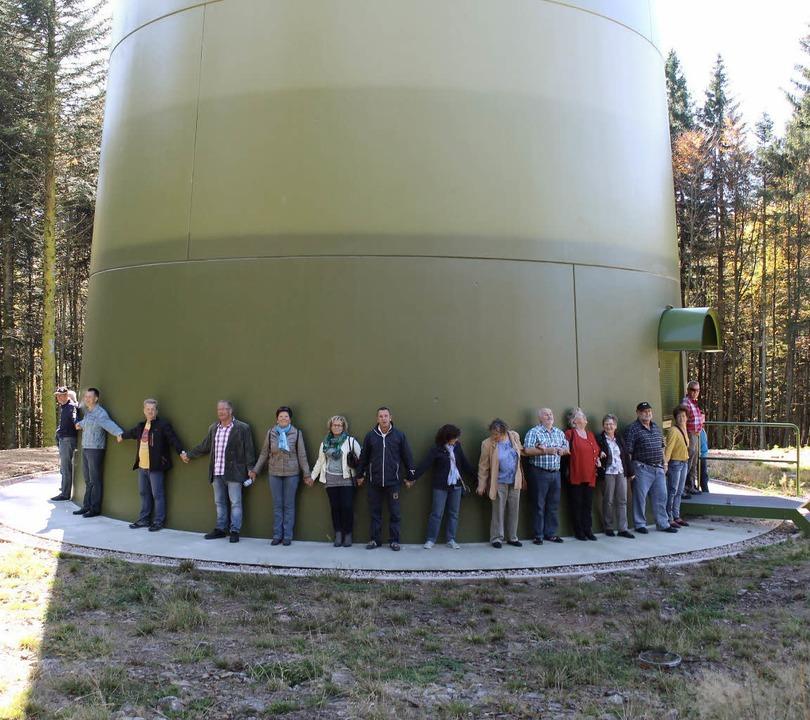 Windkraftgegner aus Gersbach bildeten ...r, um die Dimension zu demonstrieren.   | Foto: ZVG