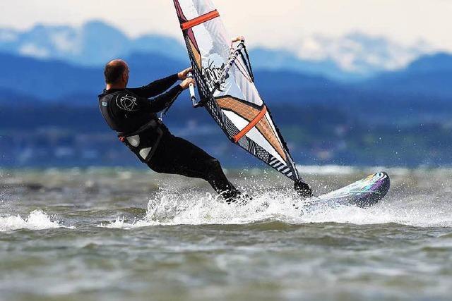 Föhnwind lässt Windsurfer über Bodensee rasen