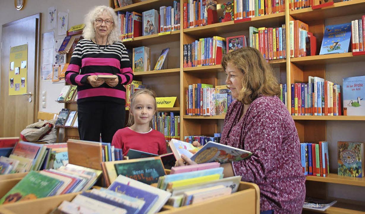 Die Leiterin der Bücherei, Eleonore Dietz (stehend) mit Tochter und Enkelin   | Foto: erika sieberts